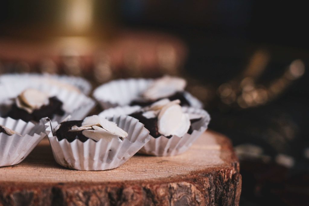 Nepečené bezlepkové cukrová se švestkami a čokoládou. Recept.