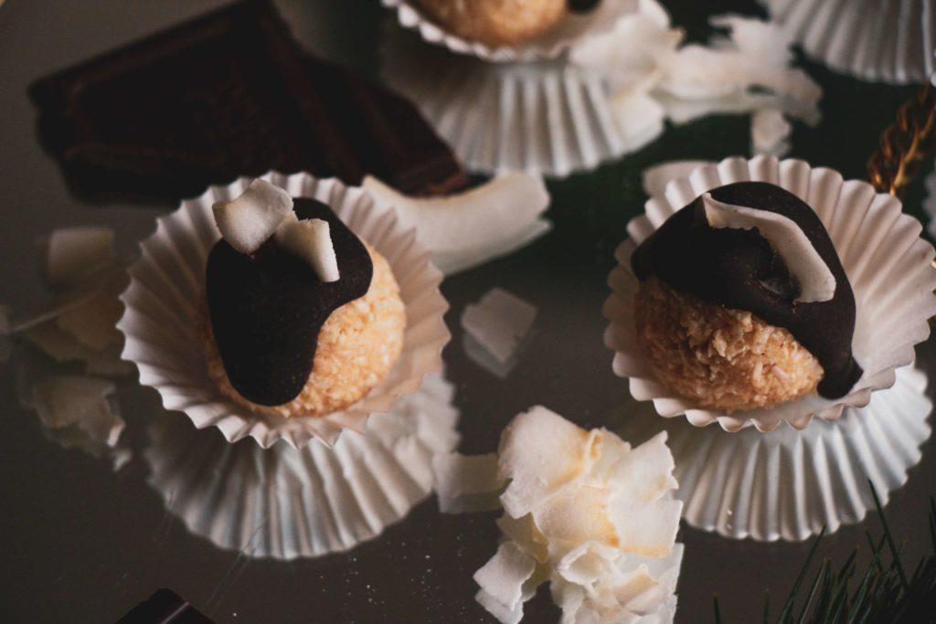 Recept na bezlepkové veganské cukroví: Kokosové kuličky bez cukru.