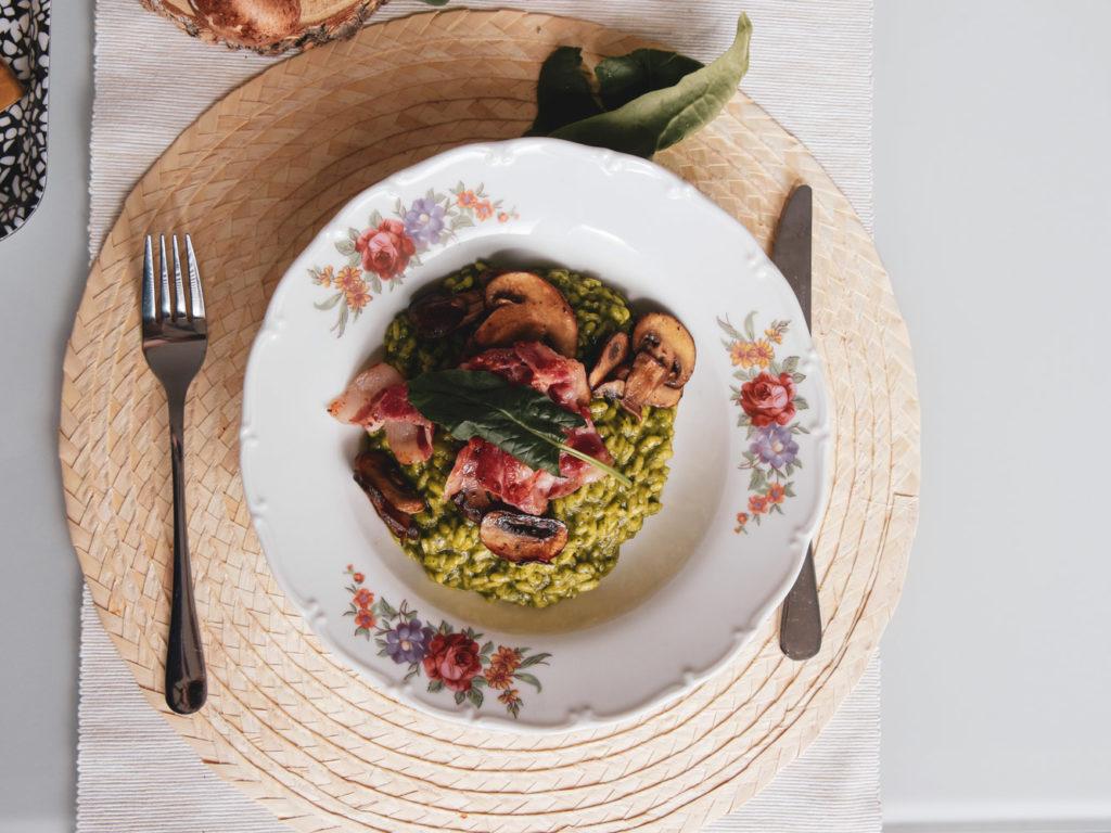 Špenátové risotto bez lepku, se žampiony a slaninou.