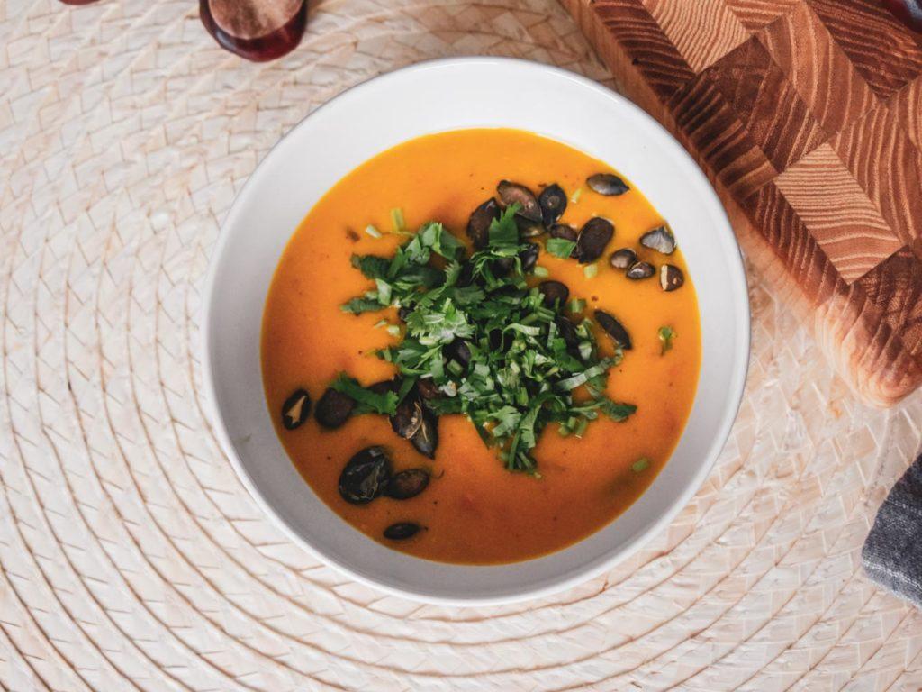 Exotická dýňová polévka s pomerančem a bylinkami.
