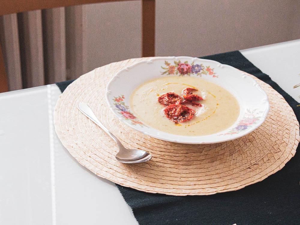 Recept na veganskou květákovou krémovou polévku.