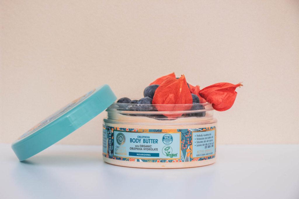 Recenze tělové rakytníkové kosmetiky Natura Siberica Oblepikha - rakytníkový sprchový gel, rakytníkové tělové mléko, rakytníkovomedový peeling a rakytníkové tělové máslo.